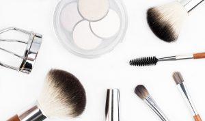 איך לשמור על עור הפנים חלק ונקי מפצעונים